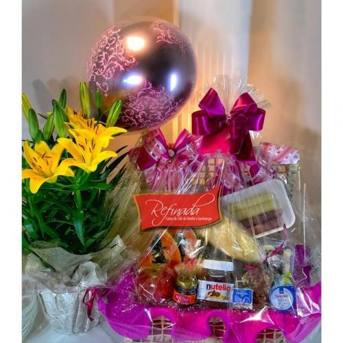 Cesta de Aniversário Com Balão e Lírio R$ 389,00